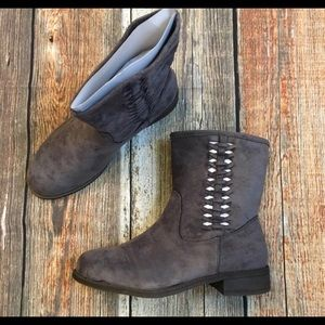 gray boots  6.5 mojo moxi